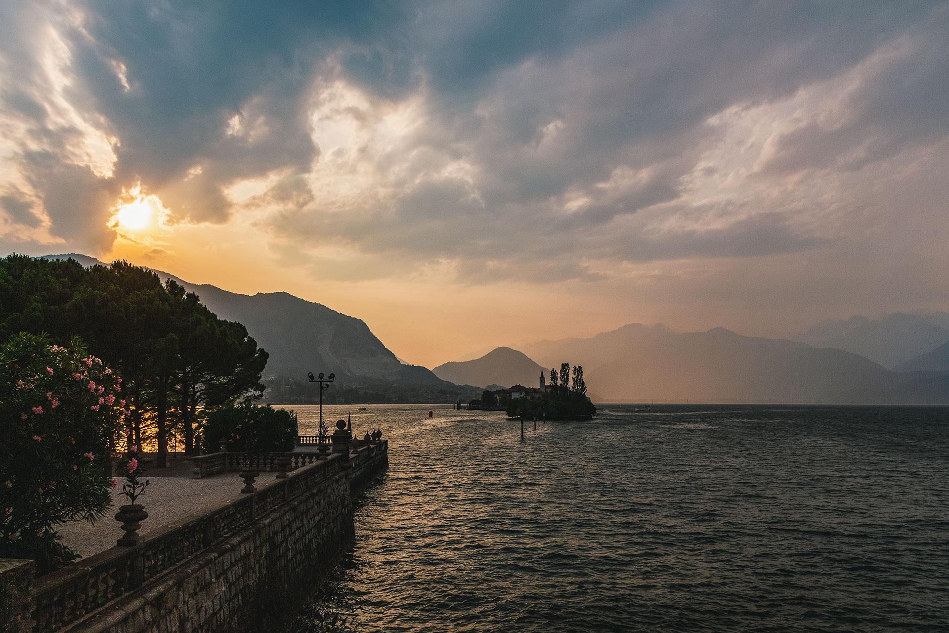 Für Romantiker: mit einem kühlen Glas Weißwein in der Hand dem Sonnenuntergang hinter den Bergen Bavenos von der Isola Bella aus zusehen...