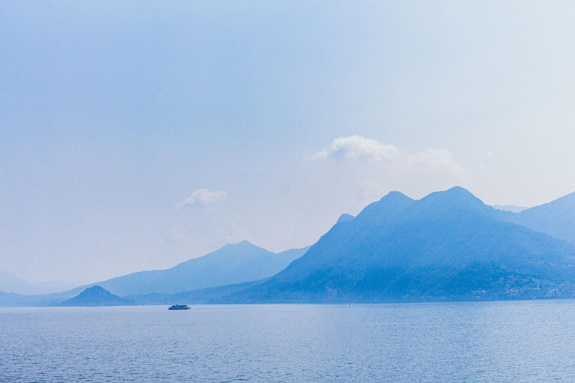 Blick von der Uferpromenade Verbanias über den Lago Maggiore