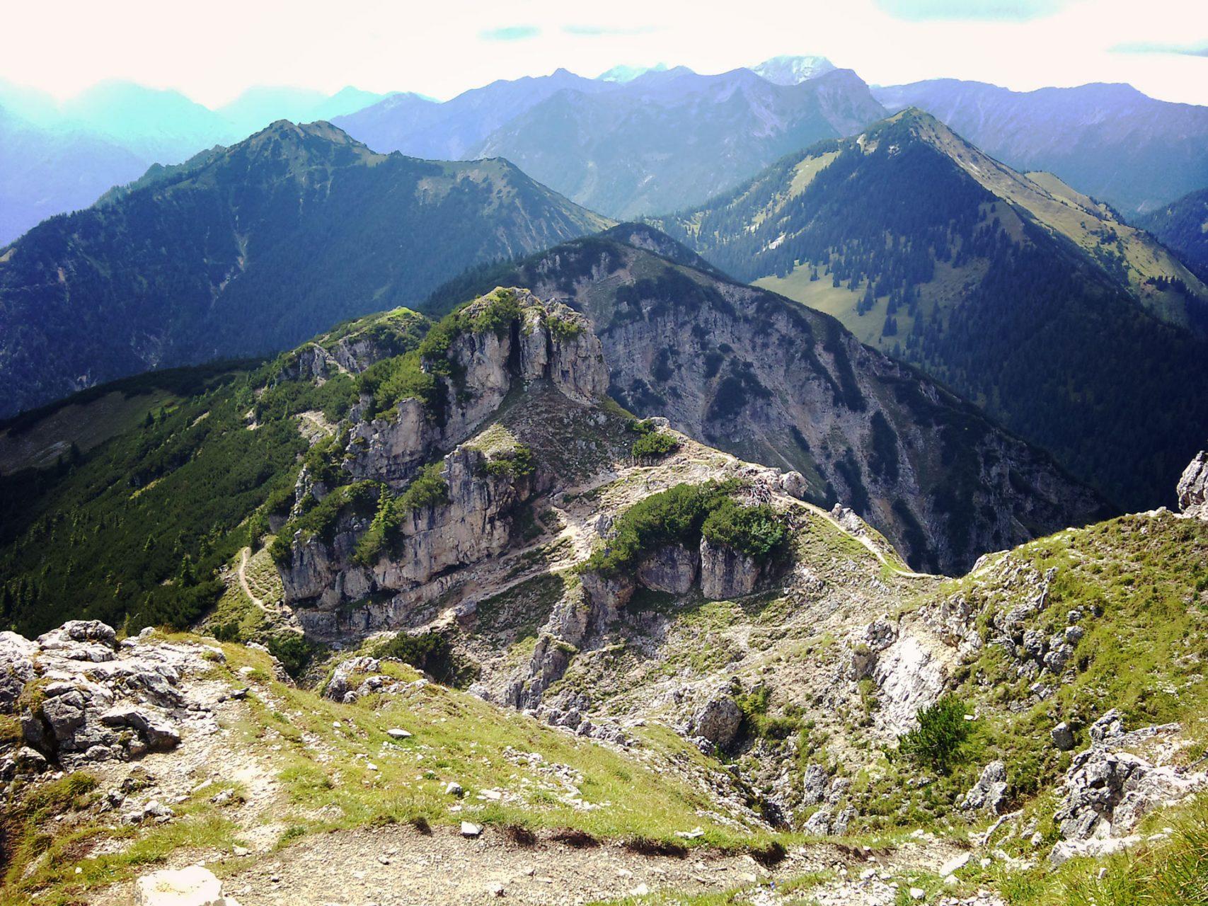 Der schmale Weg, der sich da so um die Felsen windet, das ist der Weg den wir gekommen waren. Und auf mein Bitten auch wieder zurück gingen.