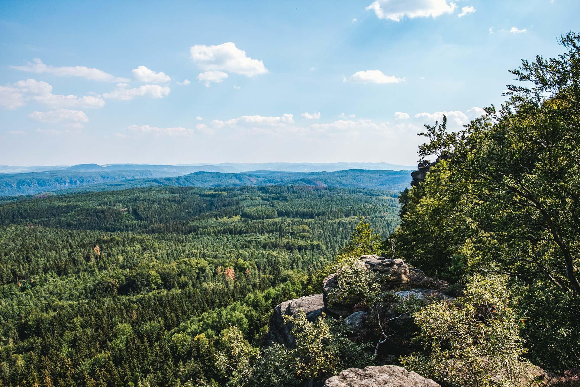 Auf dem Großen der beiden Zschirnsteine gibt es einen fantastischen Blick ins Hinterland der Sächsischen Schweiz. Ganz ohne touristischen Trouble.