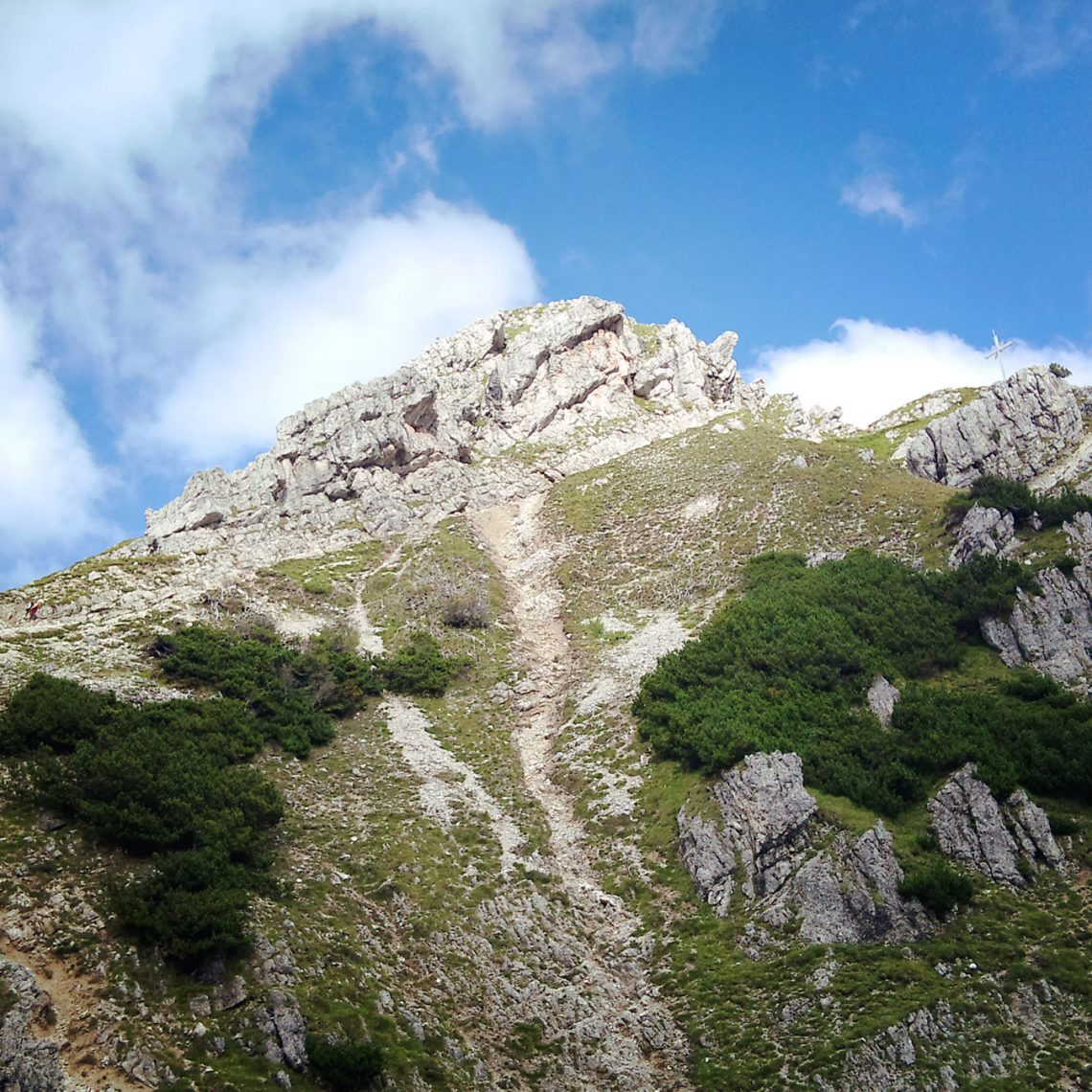 Ja, da isser. Der Gipfel. Und gar nicht mehr weit. Wenn da nur nicht die zwei Klettersteige wären... und diese Höhe...