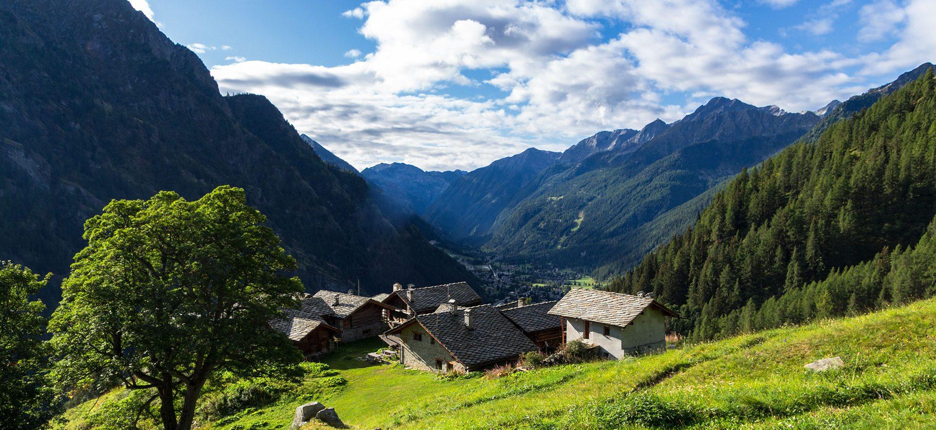 Vom Refugio Alpenzu erhasche ich einen Blick zurück ins Lystal, einem Nebental des Aostatals in Italien.