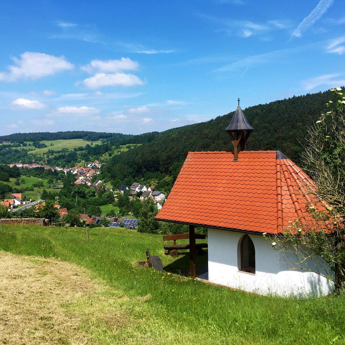 Schattenspender und Rastort in einem: kleine Kapellen am Wegesrand gibt es häufig.