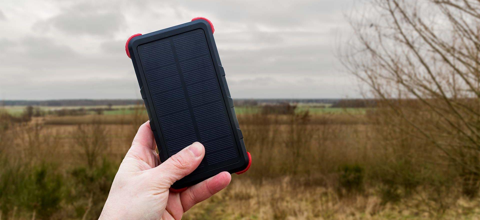 Sofern die Sonne scheint ist die Powerbank auch mit solarer Energie wieder aufzuladen. Allerdings benötigt sie für eine volle Ladung knapp 2 Tage durchgehenden Sonnenschein.
