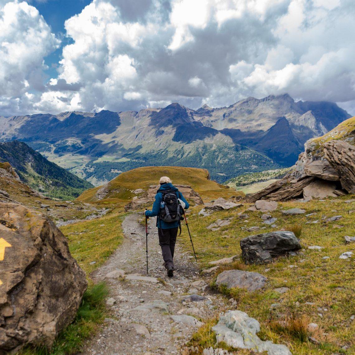 Mächtige Berge jenseits der 2.000-Meter-Marke heben sich über das Aostatal.