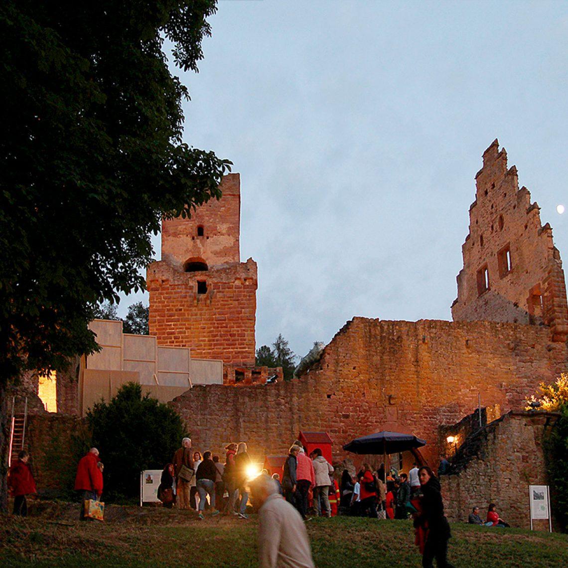 Inmitten der Burgruine Freudenburg, oberhalb der kleinen Stadt Freudenberg am Main gelegen, wird aller zwei Jahre gefeiert und Theater gespielt. Sehr authentisch und inspirierend.