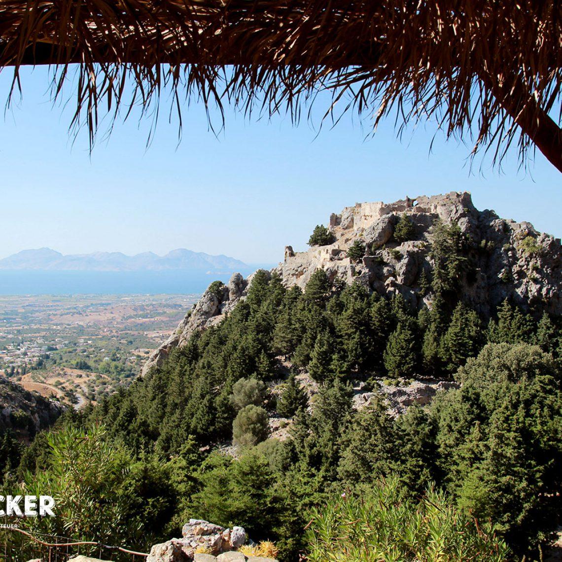Vom kleinen Café gegenüber, genießt man eine atemberaubende Sicht auf das alte Castell und weiter bis zum Meer.