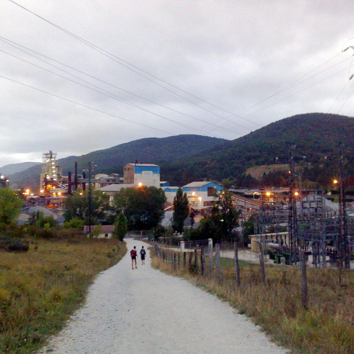 Wäre in Deutschland undenkbar, aber hier führt der Weg direkt durch das Kieswerk von Zubiri.