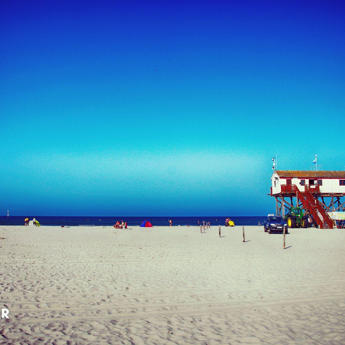 Am Strand von St- Peter-Ording Nord findet jeder was er sucht: Erholung und Sonnenbaden im Strandkorb, Wellensurfing und Kiten in einer extra dafür reservierten Strandzone.